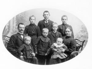 Elving Gustafsson med familj ca 1905